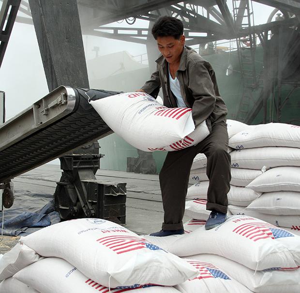 북한의 부두 노동자가 지난 2008년 남포항에서 미국이 제공한 쌀을 하역하고 있다.