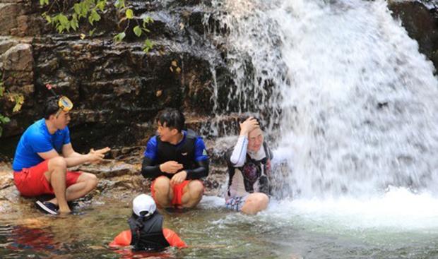 강원 인제 남면 남전리 동아실 계곡을 찾은 피서객들이 시원한 물놀이를 즐기며 더위를 식히고 있다.