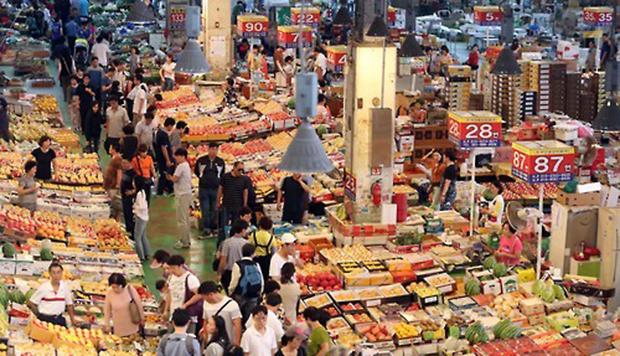 추석 연휴를 사흘 앞두고 부산 해운대구 반여농산물도매시장에는 과일과 제사 음식을 준비하려는 시민들로 북적거리고 있다.