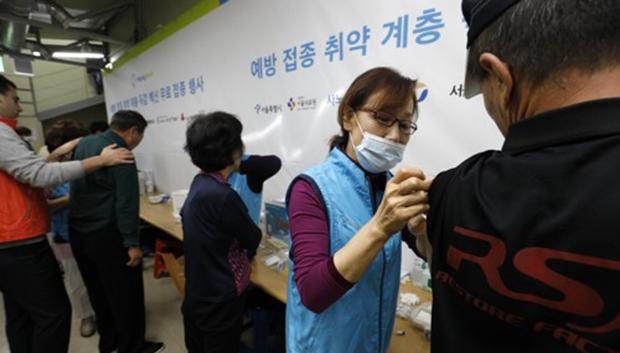 서울 용산구 동자동 따스한 채움터에서 노숙인 및 쪽방 주민들이 무료 독감 예방접종을 하고 있다.