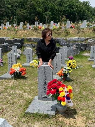 손명화  씨가 국립대전현충원에 있는 아버지 묘를 찾아 참배하고 있다.