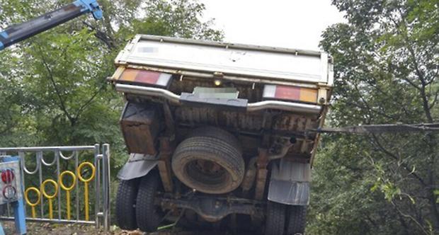 음주운전자으로 길가 가드레일을 들이받은 후 도로에 추락한 트럭.