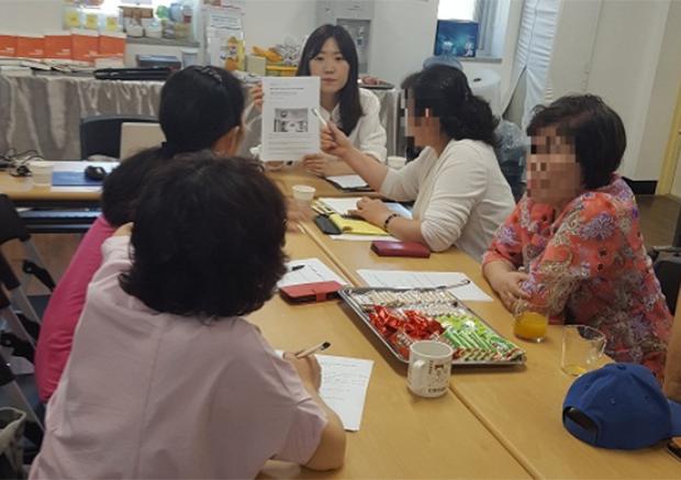 NKDB(북한인권정보센터) 비보호 탈북자와 간담회를 갖고 있다.