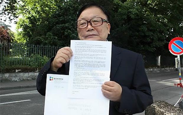 독일 체류중 밀입북했다가 탈출한 오길남 박사가 2012년 6월 28일(현지시간) 북한에 남겨진 두 딸을 풀어달라고 호소하는 내용의 서한을 스위스 제네바 주재 북한대표부에 전달하는 모습.