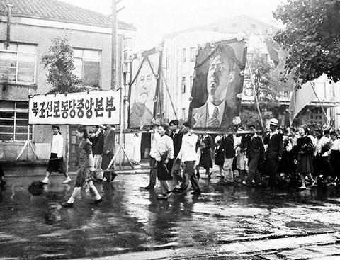 북한 공산당원들이 지난 1947년 스탈린과 김일성의 거대한 초상화를 들고 소련의 평양 진주를 축하하는 행진을 하고 있다.