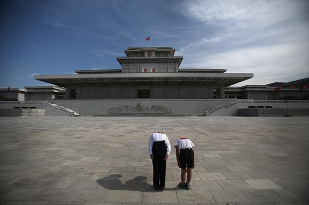 북한의 어린 학생들이 김일성과 김정일의 시신이 영구보존 돼있는 금수산태양궁전을 향해 절을 하고 있다.