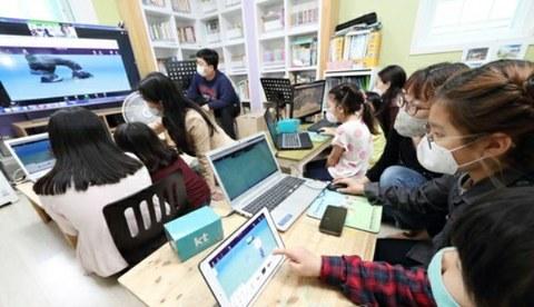 사진은 화상회의 시스템을 이용해 교육받는 아이들.