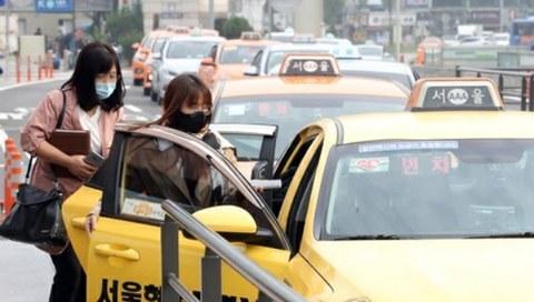 서울역 앞에서 시민들이 마스크를 쓰고 택시에 탑승하고 있다.