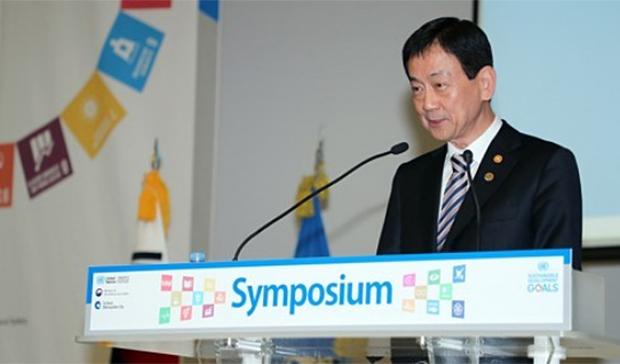 진영 행정안전부 장관이 21일 오전 인천광역시 송도 컨벤시아에서 열린 2019 UN 아시아-태평양지역 지속가능개발목표(SDGs) 심포지엄 개막식에서 개회사를 하고 있다.