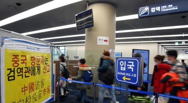 신종 코로나바이러스 감염증인 '우한 폐렴' 공포가 확산하는 가운데 28일 부산 강서구 김해공항 입국장에서 중국발 항공기에서 내린 승객들이 검역대를 통과하고 있다.