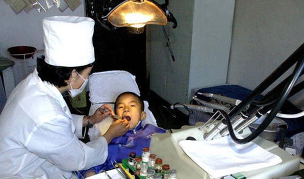 북한의 한 어린이가 보통강구역인민병원에서 치과 치료를 받고 있다.