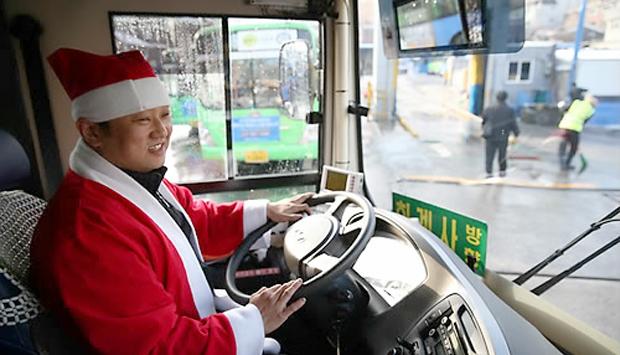 산타 복장을 한 기사가 버스 운전을 하고 있는 모습.