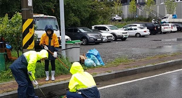 강원 속초시에서 담당 공무원들이 폭우에 따른 하수도 역류를 대비해 배수구를 청소하고 있다.