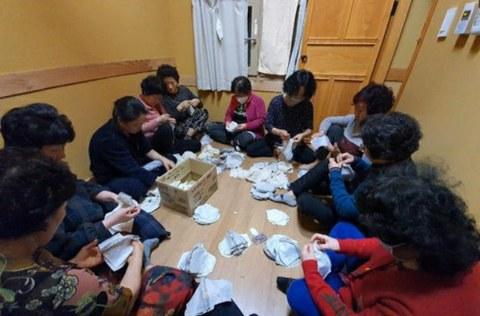 사진은 경북 고령군 고령영생요양원에 근무하는 직원 30여명이 코로나19 관련 기부 목적으로 필터 교체형 면 마스크를 제작하는 모습.