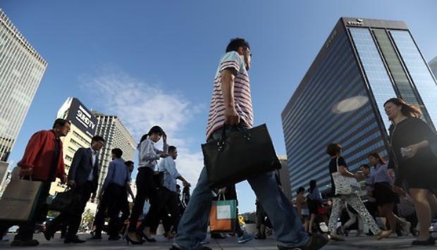 출근길 직장인들이 서울 광화문네거리를 지나고 있다.