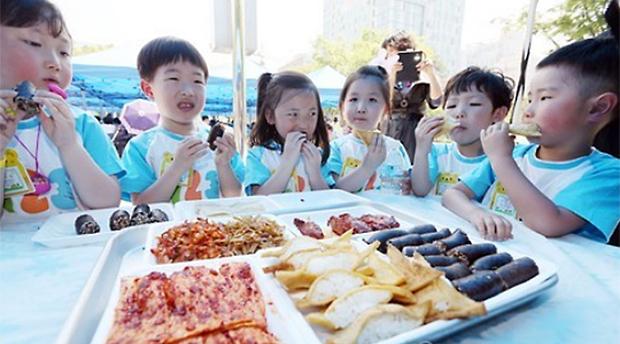 두부밥, 인조고기밥 등 북한 음식을 맛보는 아이들.