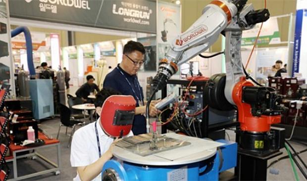 경기 고양 킨텍스에서 열린 '2019 금속산업대전'에서 참가업체 관계자가 자동 용접기를 조작해보고 있다.