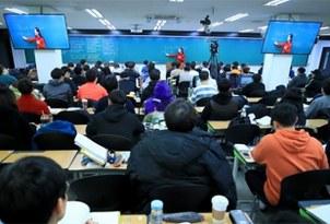 서울 노량진의 한 경찰 공무원 시험 준비 학원에서 수험생들이 강의를 듣고 있다.