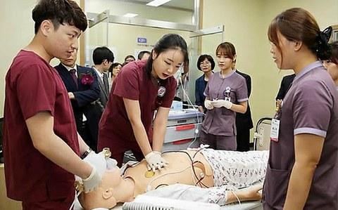 사진은 마네킹 기반 시뮬레이션 룸에서 간호사 실습하는 모습.