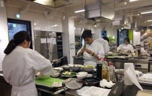 이주배경청소년지원재단 무지개청소년센터의 한식조리기능사 양성 프로그램 '꿈을 잡(Job)아라' 2기 훈련생들이 요리 실습 하는 모습.