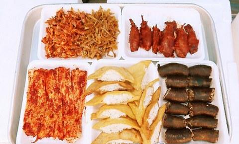 지난 2015년 인천시 남동구 인천시청 앞 미래광장에서 열린 북한음식 체험행사에서 북한 음식이 전시돼 있다. 이날 행사에서는 꼴뚜기 순대, 두부밥, 인조고기밥 등 실제 북한에서 인기 있는 음식과 우리나라 북한 음식전문점에서 판매되는 요리 4가지가 전시됐다.