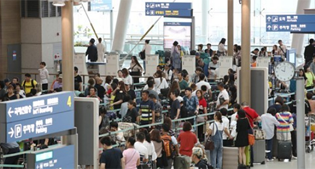 사진은 인천국제공항에서 출국 준비를 여행객들 모습.