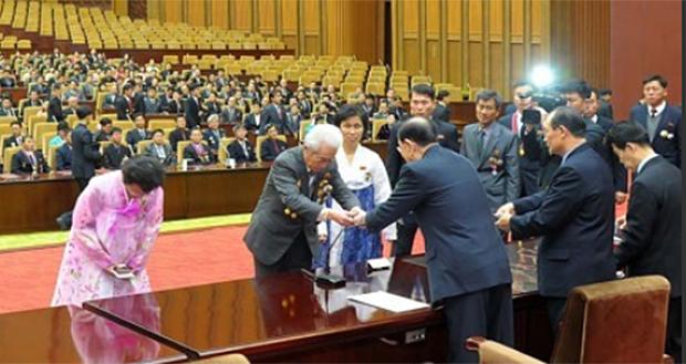 사진은 2017년 12월 21일 북한 조선노동당의 과학연구사업에서 공로를 세운 과학자, 기술자, 교원 등 3대혁명 소조원들에 대한 국가표창식 열리는 모습.
