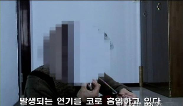 탈북자단체인 `NK지식인연대'가 북한 주민으로부터 확보해 공개한 히로뽕 흡입하는 북한 주민의 동영상. 북한 주민 한명이 히로뽕으로 추정되는 하얀 물질을 불에 태우고 연기를 들이마시고 있다.