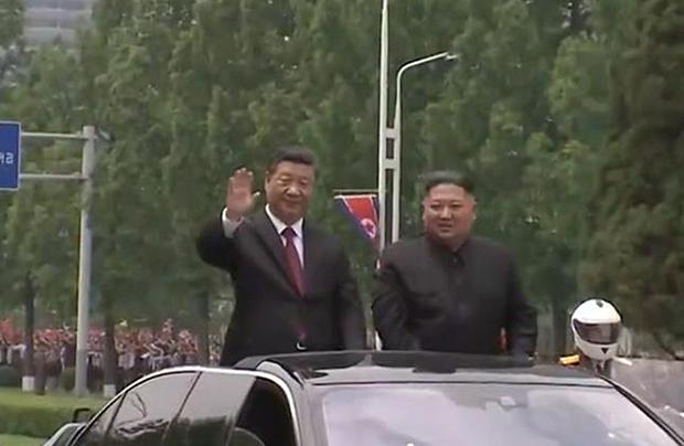 시진핑 중국 국가주석이 지난 20일 평양거리에서 김정은 북한 국무위원장과 함께 카페레이드를 하고 있다.