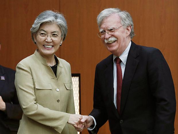 존 볼턴 미 백악관 국가안보회의(NSC) 보좌관이 지난 7월 24일 한국 외교부 청사에서 강경화 외무장관과 악수를 하고 있다.
