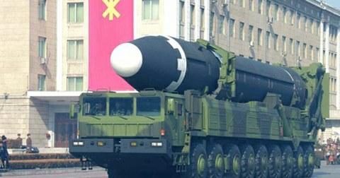 북한 노동당 기관지 노동신문에 게재된 대륙간탄도미사일(ICBM)급 '화성-15'형의 열병식 등장 모습.
