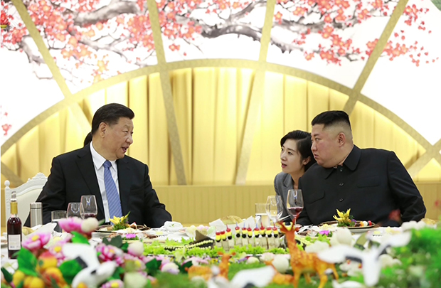 지난 20일 시진핑 중국 국가주석과 김정은 북한 국무위원장이 연회장에서 통역을 사이에 두고 대화하고 있다.