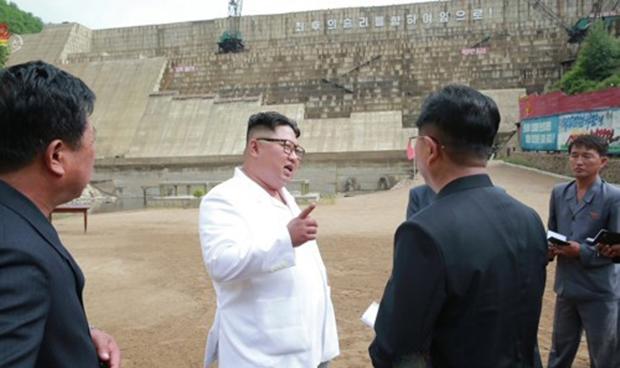 김정은 북한 국무위원장이 함경북도 어랑군의 수력발전소인 어랑천발전소 건설현장을 시찰했다고 조선중앙TV가 지난해 7월 보도했다. 김 위원장은 현장에서 댐 건설을 시작한 지 17년이 되도록 총 공사량의 70%만 진행된 점을 지적하며 내각 책임일꾼 등의 업무 태도를 질타했다. 사진은 심각한 표정으로 담당자들을 다그치는듯한 김 위원장의 모습.