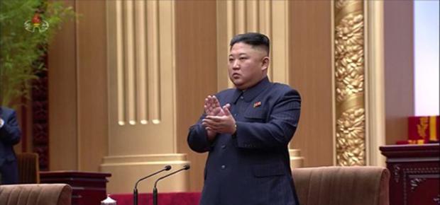 최고인민회의 제14기 제1차회의에 참석한 김정은 북한 국무위원장이 박수를 치고 있다.