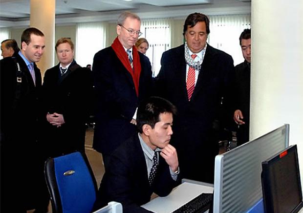 2013년 1월 방북한 에릭 슈미트 구글 회장(가운데)이 평양 인민대학습당을 참관하고 있다