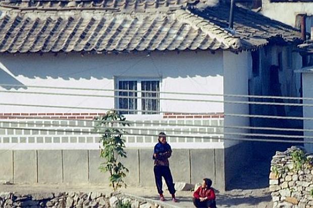 개성시 자남산여관 인근 마을에서 북한주민들이 이야기를 나누고 있다.