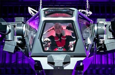 세계 최대 전자상거래 업체 아마존의 CEO 제프 베조스가 한국 중소기업이 만든 로봇에 올라타고 기뻐하는 모습.