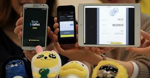 서울 한남동 다음카카오 한남오피스에서 직원들이 다음카카오와 금융결제원이 이날부터 시작한 모바일 금융 서비스 '뱅크 월렛 카카오'를 선보이고 있다.