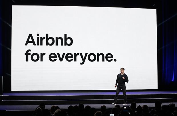 에어비엔비(Airbnb)의 CEO가 샌프란시스코의 한 행사에서 연설을 하고 있다.