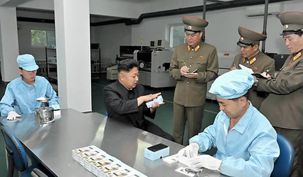 지난 2013년 북한 김정은 국방위원회 제1위원장이 휴대전화 등 각종 전자제품을 생산하는 '5월11일 공장'을 현지지도 하면서 이 공장에서 생산하는 '아리랑' 손전화기(휴대전화)의 성능과 포장에 대해 구체적으로 점검했다고 조선중앙통신이 보도했다.