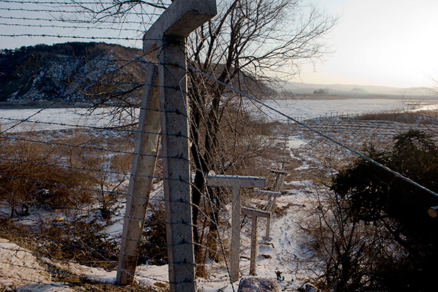 북중 국경지대에 탈북자를 막기 위해 설치된 철조망.