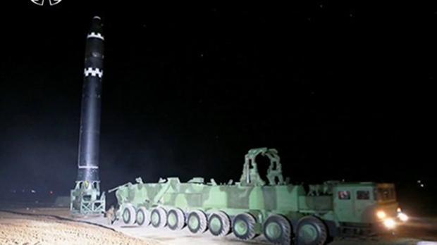 대륙간탄도미사일(ICBM)급 '화성-15'형의 이동식 발사차량(TEL).