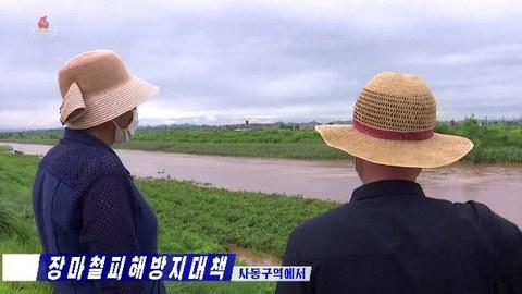"""북한 수도 평양시 사동구역의 농경지가 집중호우로 물에 잠긴 모습을 6일 조선중앙TV가 보도했다. 조광철 구역협동농장경영위원회 과장은 """"보다시피 낮은 지대에 있는 작물들이 피해를 받고 있다""""고 말했다."""