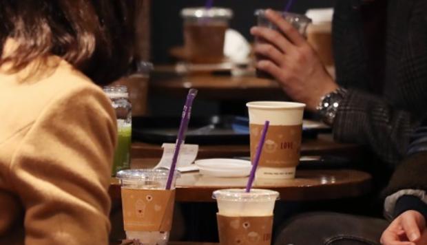 서울 시내 한 카페 내에서 일회용품 사용하는 고객들.