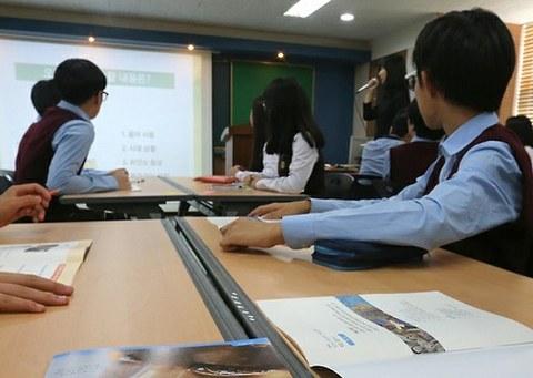 사진은 서울의 한 중학교의 역사 수업 모습.