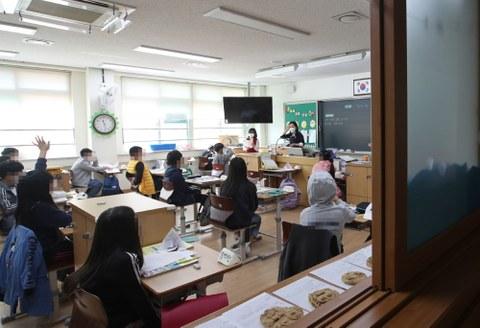 19일 오전 광주 북구 신용초등학교 3학년 5반 학생들이 교실에서 수업을 받고 있다.