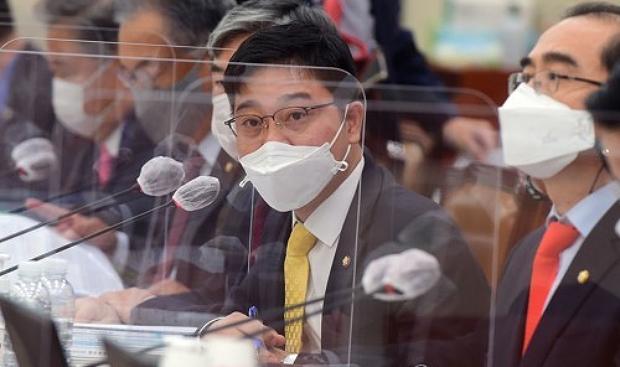 국민의힘 지성호 의원이 지난달 8일 오전 서울 여의도 국회에서 열린 외교통일위원회의 통일부 국정감사에서 질의하고 있다.