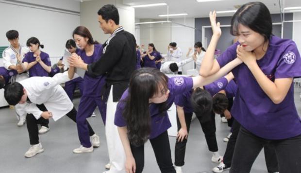 구미대 간호학과 학생들이 병원 응급실에서 자주 발생하는 폭행사건에 대비해 생활스포츠 교양과목으로 호신술을 배우는 모습.