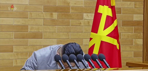 북한 조선중앙TV가 지난 1월 1일 방영한 김정은 북한 노동당 위원장의 육성 신년사 영상에서 김 위원장이 인사말을 한 뒤 고개 숙여 인사하는 모습.
