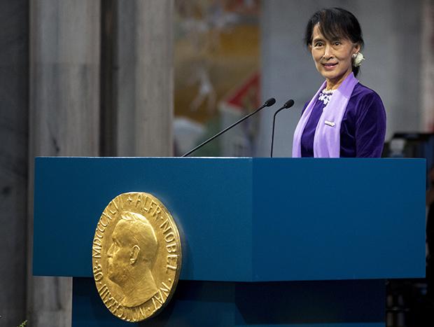 아웅산 수치가 지난 2012년 노르웨이 오슬로에서 열린 노벨상 시상식에서 연설을 하고 있다.